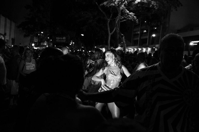 Een dansende Braziliaanse vrouw in zwart wit beeld gemaakt door Frederick Van Grootel voor de reeks Dualidade