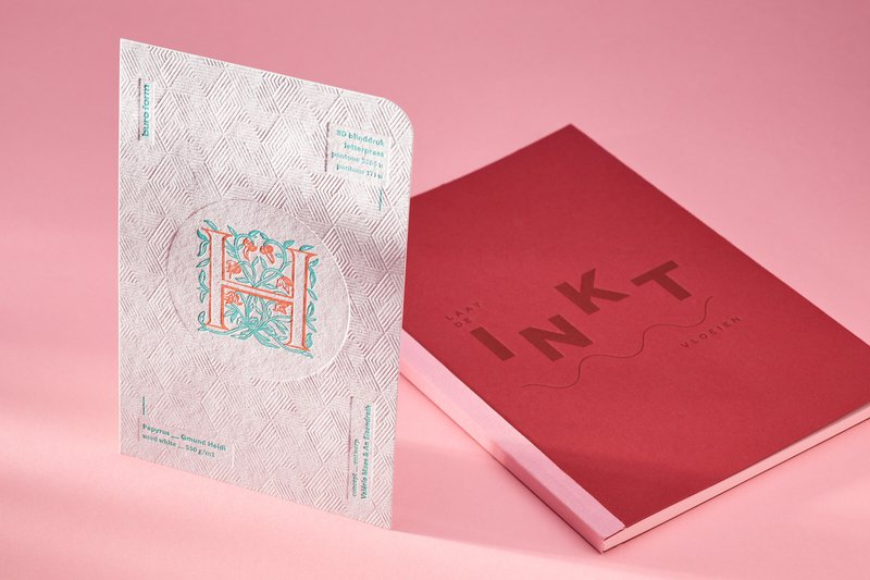 Inspiratiekaart van Café Cliché met 3d blinddruk en letterpress op Gmund Heidi used white.