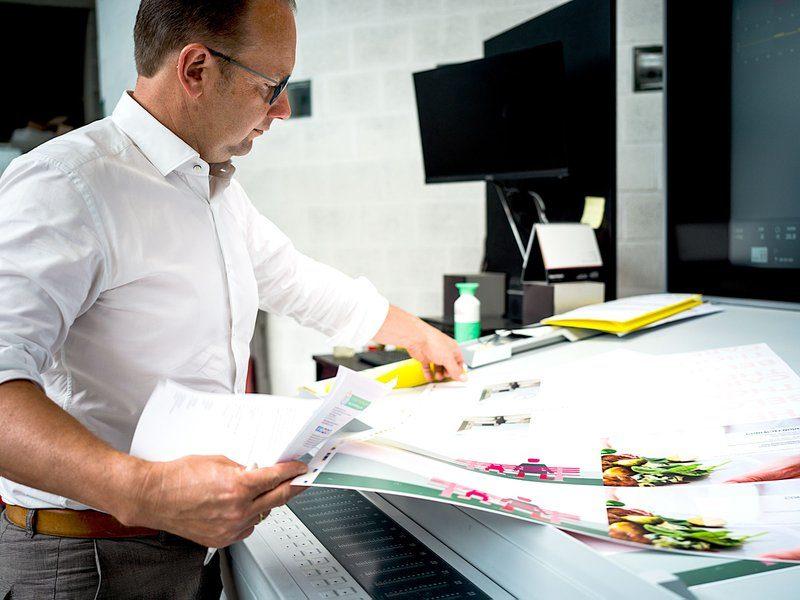 Production manager Kris aan de drukpers