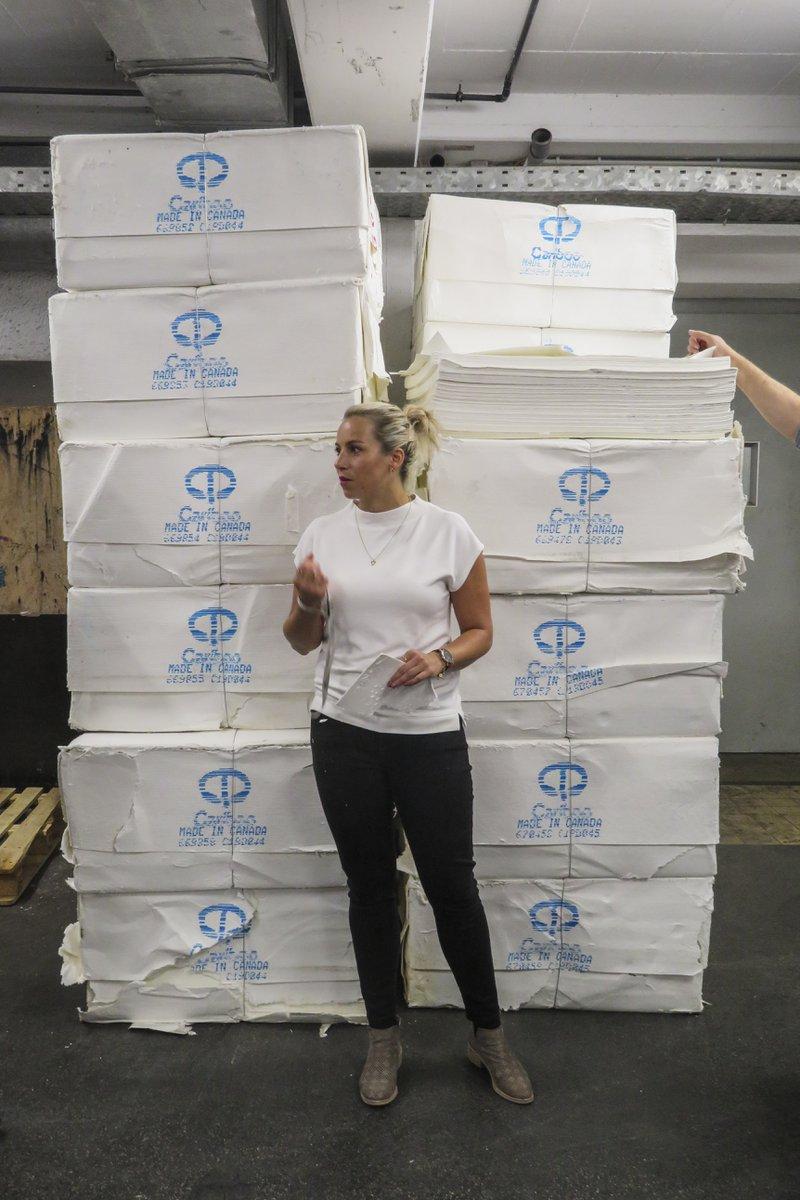 Sofie, een passionele papierliefhebber, werkt voor Papyrus, geeft een woordje uitleg in de Gmund Papierfabriek in Oostenrijk