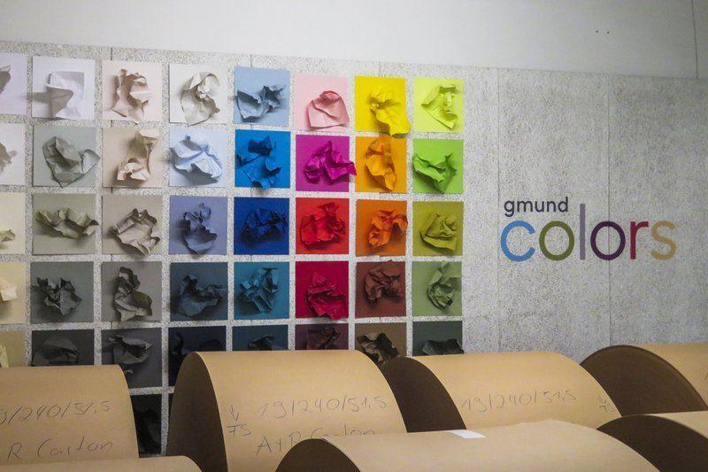 Een mooie muur waarop de kleuren van Gmund Colors worden gepresenteerd in de hallen van de Gmund Papierfabriek