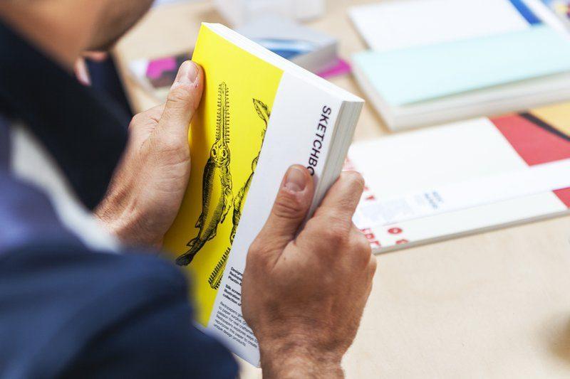 Een uniek schetsboek, gemaakt met papierafval