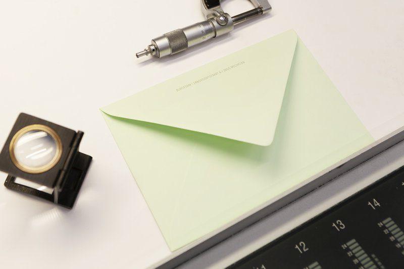 Een groene envelop. Gepersonaliseerd door digitaal te drukken in 1 kleur.