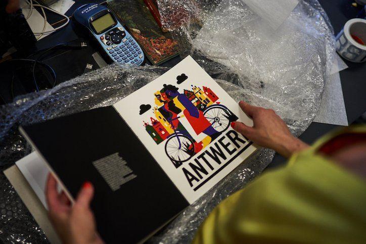 De eerste editie van het DATE Antwerpen boek is aangekomen bij de grafische designers. Deze eerste illustratie is gemaakt door een inhouse artiest van Onder Stroom.