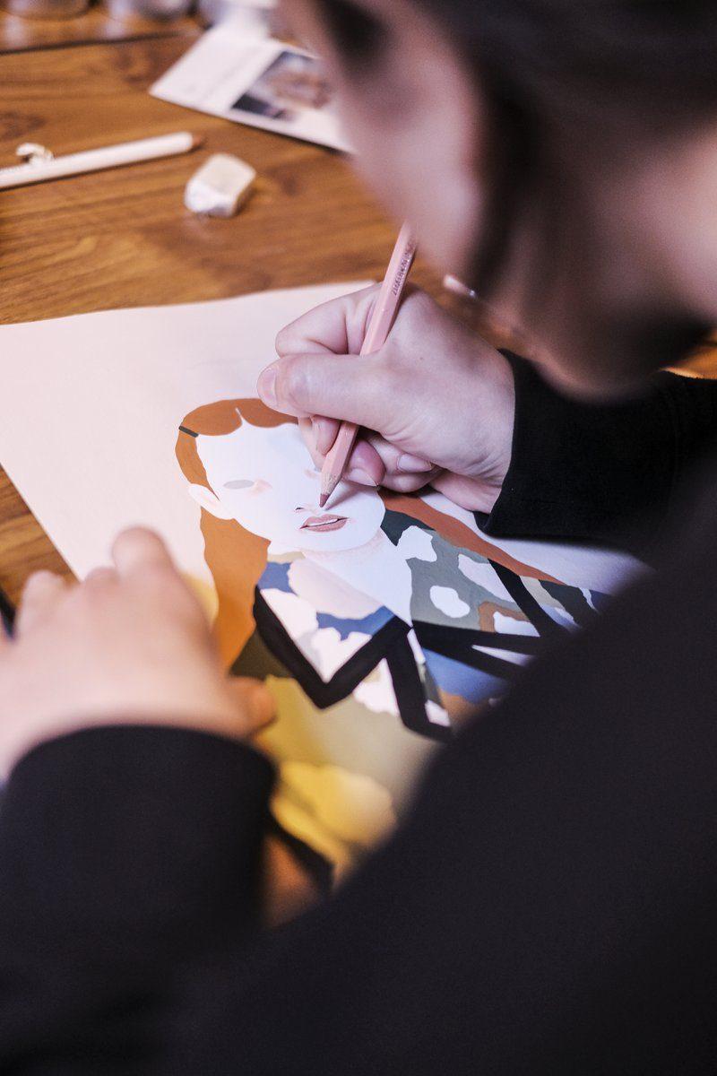 Illustrator is haar illustratie aan het afwerken voor het boek DATE Antwerpen van This is Antwerp
