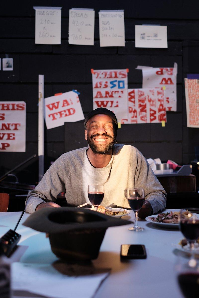 Artiest van het boek DATE Antwerp van This is Antwerp zit aan tafel te eten tijdens een pauze in OnderStroom.