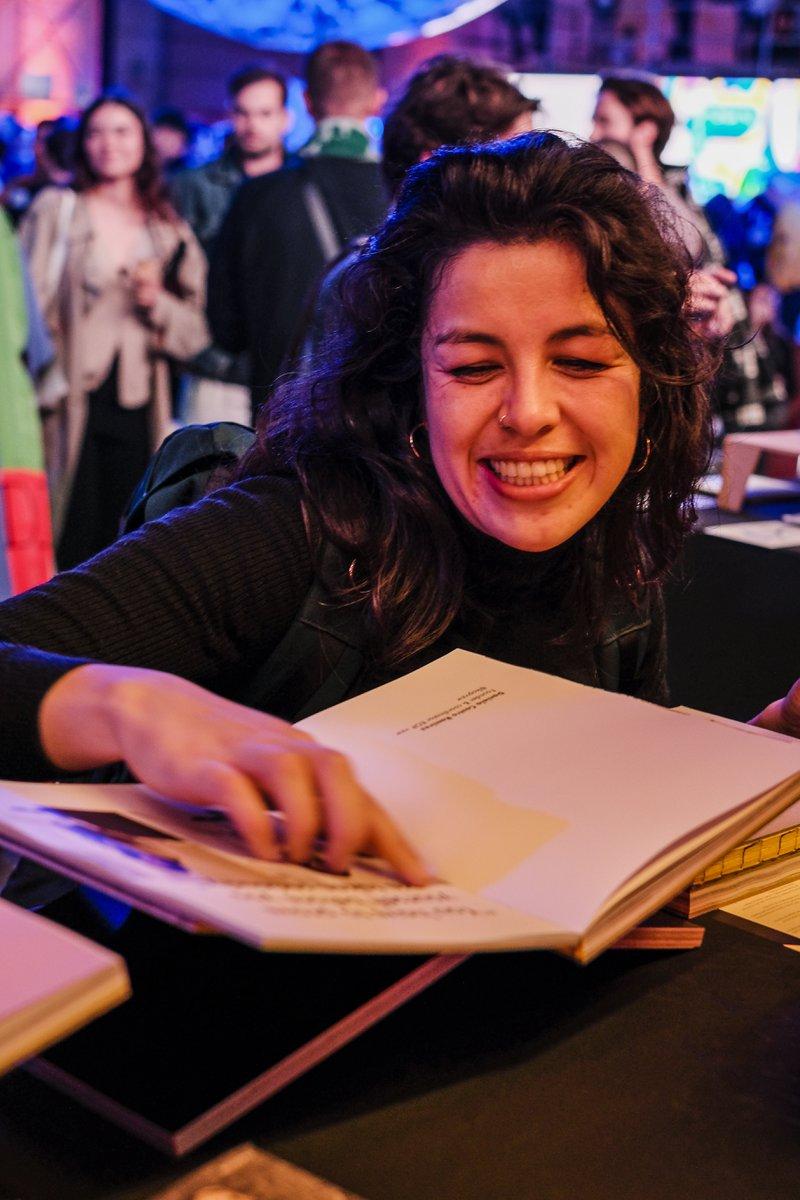 Bezoekers van het UsbyNight event in Antwerpen genieten van de lancering van het nieuwe kunstboek DATE Antwerp.