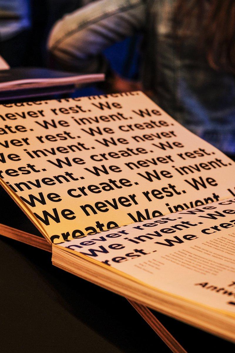 De eerste pagina's worden bedrukt op geel papier van Papyrus met het unieke design van Studio Anorak